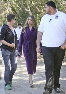 sofia-vergara-in-purple-bathrobe-on-modern-family-set-03-662x941.jpg