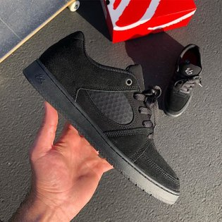 The #eS_ACCEL_Slim in Black/Black. What do you guys think?! Now available at your local skateshop and eSskateboarding.com!