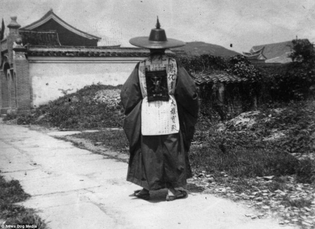 A man in traditional clothes in Pyongyang, 1910