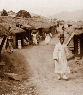 Street scene in Seoul, 1904. Homeboy rockin the robe+hat combo