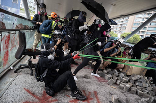 protesters-use-a-catapult-against-police-during-a-protest-at-hong-kong-s-city-university.jpg
