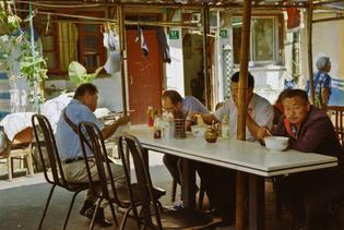 Laoximen – An open-air canteen at a pedestrianized piazza on Jinjiafang, in 2014