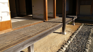 kure-en (榑縁), a en with boards running along its length