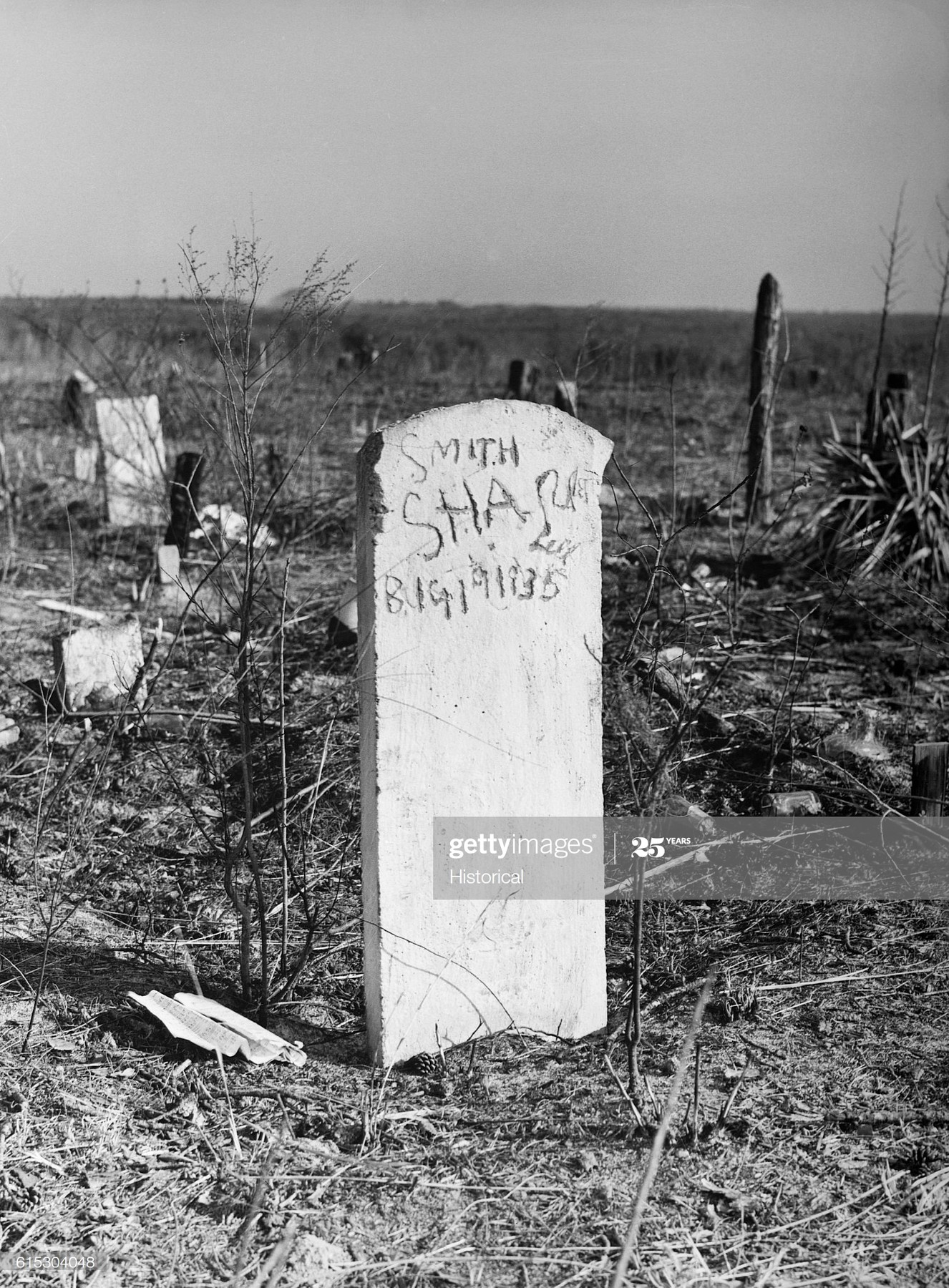 march-1941-a-negro-cemetery-on-abandoned-land-in-santeecooper-basin-picture-id615304048?s=2048x2048
