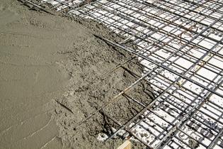 wire-mesh-vs-fibers-with-concrete.jpg