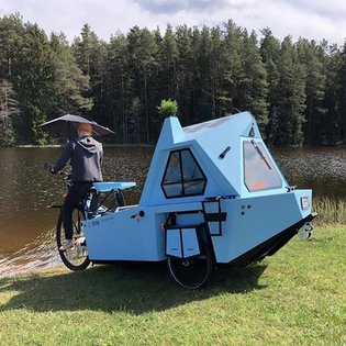 Follow us @inventionlist This electric tiny camper is a houseboat and trike designed to travel on land and water! Swipe 👉 . ...