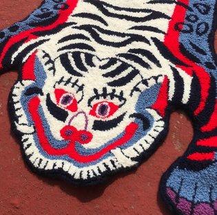 Alfombra tigre tibetano 🔴🔵⚪️ Pronto disponible. #tufting #handmade #rug #handtufting #punchneedle #agujamagica #alfombra