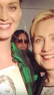 Aubrey Plaza photobombing Katy Perry
