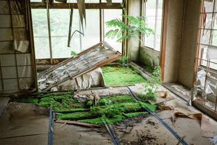 abandoned-overgrown-japanese-hotel4.jpg