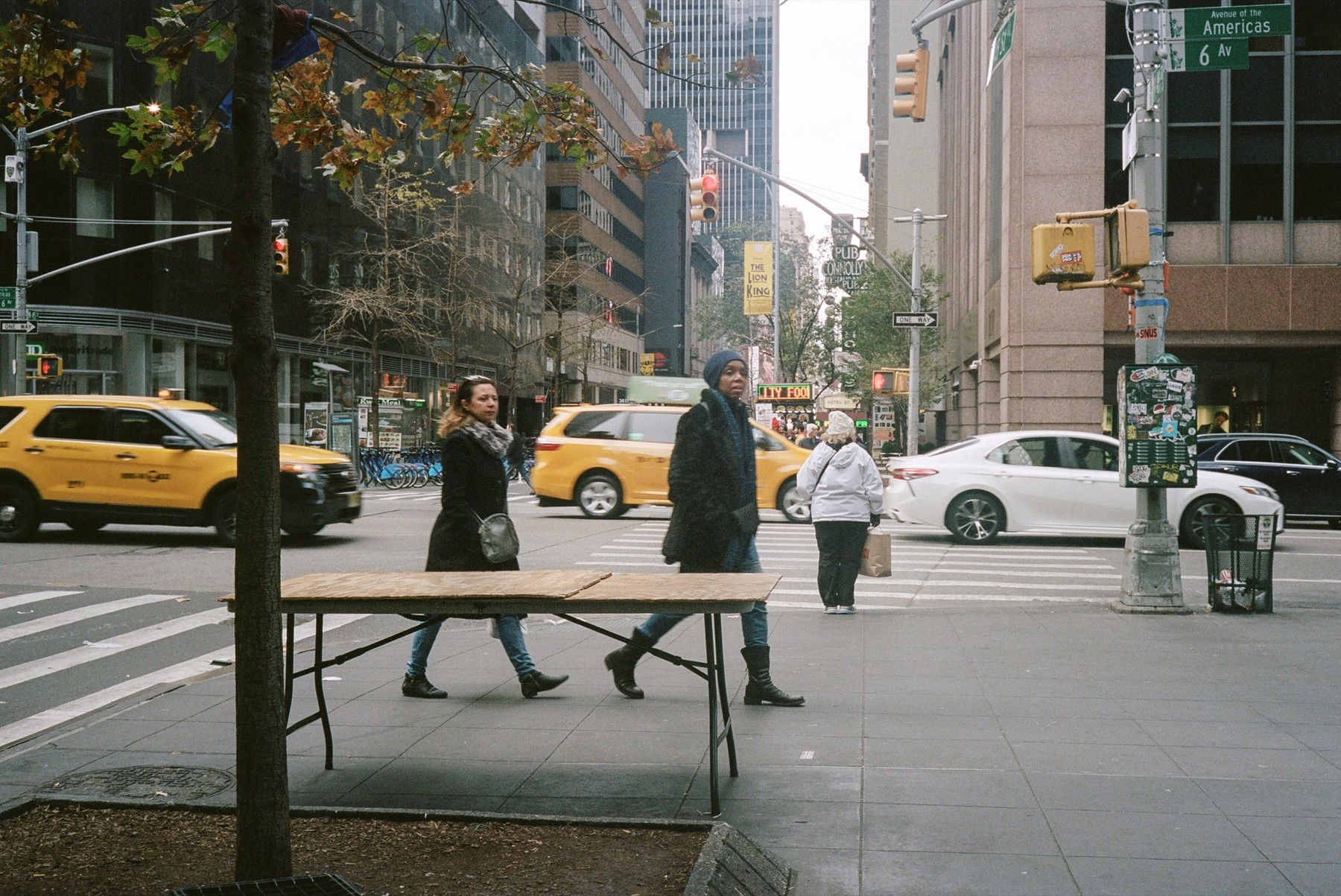3-person-trafficlight-person-trafficlight-diningtable.jpg