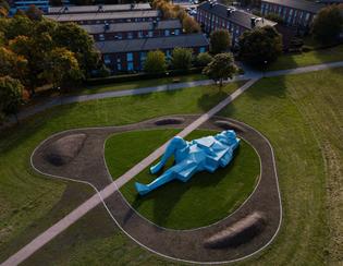 xavier-veilhan-varberg-giants-public-sculptures-stockholm-blue-concrete-designboom-3.jpg