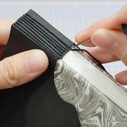 """꾸미즈.BOOKBINDING.북바인딩 on Instagram: """"Buttonhole stitch notebook sewing part🧵 Full video on Youtube👉Youtube.com/ggoomiz❤ ⠀ #버튼..."""