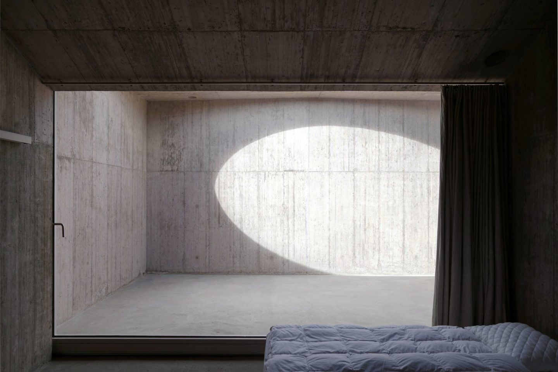 5eb401c2390f5543c43bd9ff_thisispaper-architecture-valerio-olgiati-villa-alem-12-1440x960.jpg