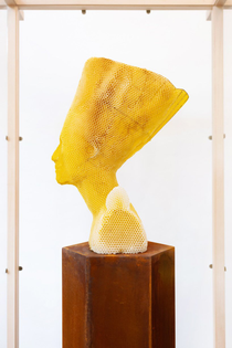 studio-libertiny-eternity-nefertiti-sculpture-made-by-bees-series-designboom-1.jpg