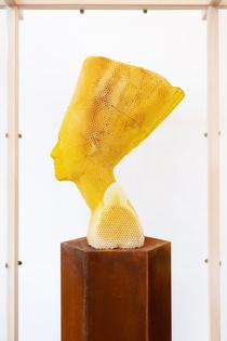 studio-libertiny-eternity-nefertiti-sculpture-made-by-bees-series-designboom-1.jpg
