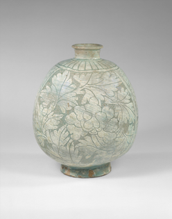 Flask-shaped bottle decorated with peonies. Late 15th century, Joseon dynasty (1392–1910).
