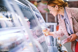 woman-buying-food-at-grocery-store-picture-id1015953942?s=612x612