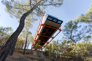 rogers-stirk-harbour-partners-cantilevers-the-richard-rogers-drawing-gallery-over-french-hillside-final-work_dezeen_2364_col...