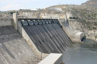 https://commons.wikimedia.org/wiki/File:Grand_Coulee_Dam_spillway.jpg
