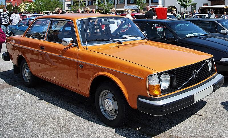 800px-1976_volvo_242_dl_in_orange.jpg