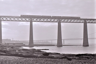800px-train_crossing_the_forth_bridge_-geograph_6757138-.jpg