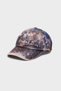 The Booster Études Blue Bleached cap is a limited edition of 50 pieces specially made for our SS 2022 collection.