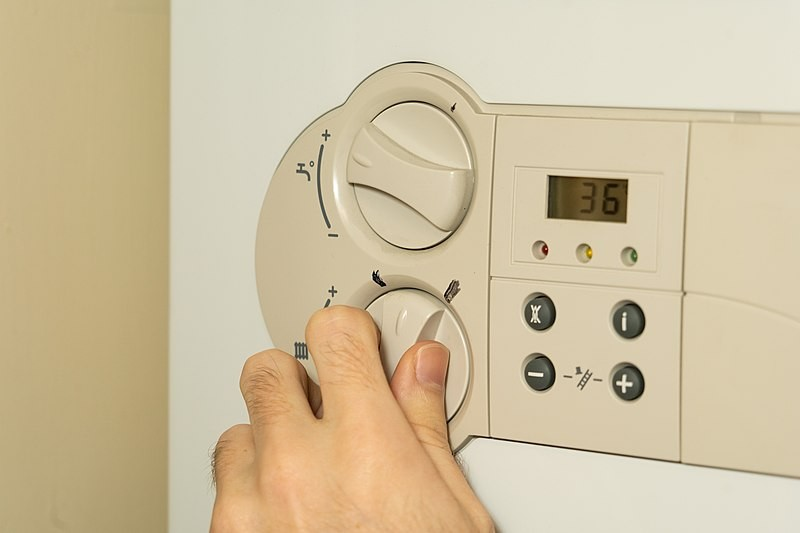 800px-turning_the_heating_up_on_the_boiler.jpg