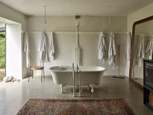 Expansive bathing room