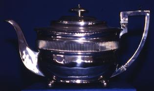 800px-teapot_-am_1945.40-1-.jpg