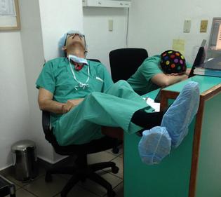 medical-resident-sleeping-overworked-doctors-mexico-yo-tambien-mi-dormi-3.jpg