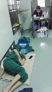 doctor-surgeon-hero-sleeping-hospital-floor-1-58e732758412e__700.jpg