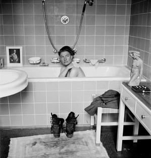 lee-miller-in-a-photograph-she-stage-in-hitler-s-bathtub-in-munich-1945.jpg
