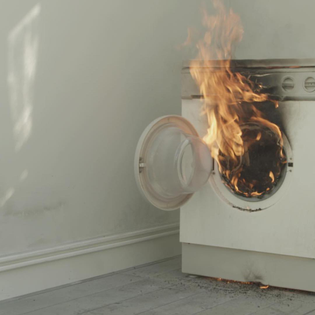 Emily Wardill's No Trace of Accelerator (2017) begins with the depiction of a series of seemingly spontaneous fires which broke out in an isolated French during the 1990's (similar incidents have been depicted in Kaufman's 'Synechdoche', in which the character Hazel purchases a house that is eternally on fire, and - in real life - the giant underground fire of Centralia in Pennsylvania). Wardill's work brings in the research of anthropologists Marc Poumadere and Claire Mays, who examined the town as a case study of the social amplification of risk. . . . . . . . . . #arttherapy#curator#arthistory#artlover#artlife#academia#artporn#criticalthinking#artnews#knowledgeispower#educateyourself#emilywardill#standardoslo#altmansiegel#collectcontemporaryart