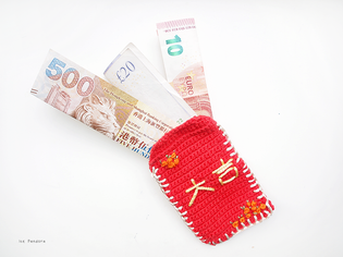 diy-crochet-redpockets-finishedwithmoney.png
