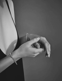 grid_ed_ch_v2.37_personality_jewelry_white_dress_hands.jpg