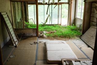 abandoned-overgrown-japanese-hotel3.jpg