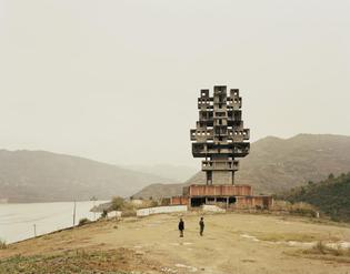 Nadav Kander - Fengjie III (Monument to Progress and Prosperity), Chongqing Municipality.