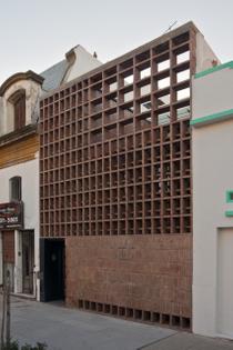Brick House by Ventura Virzi Arquitectos