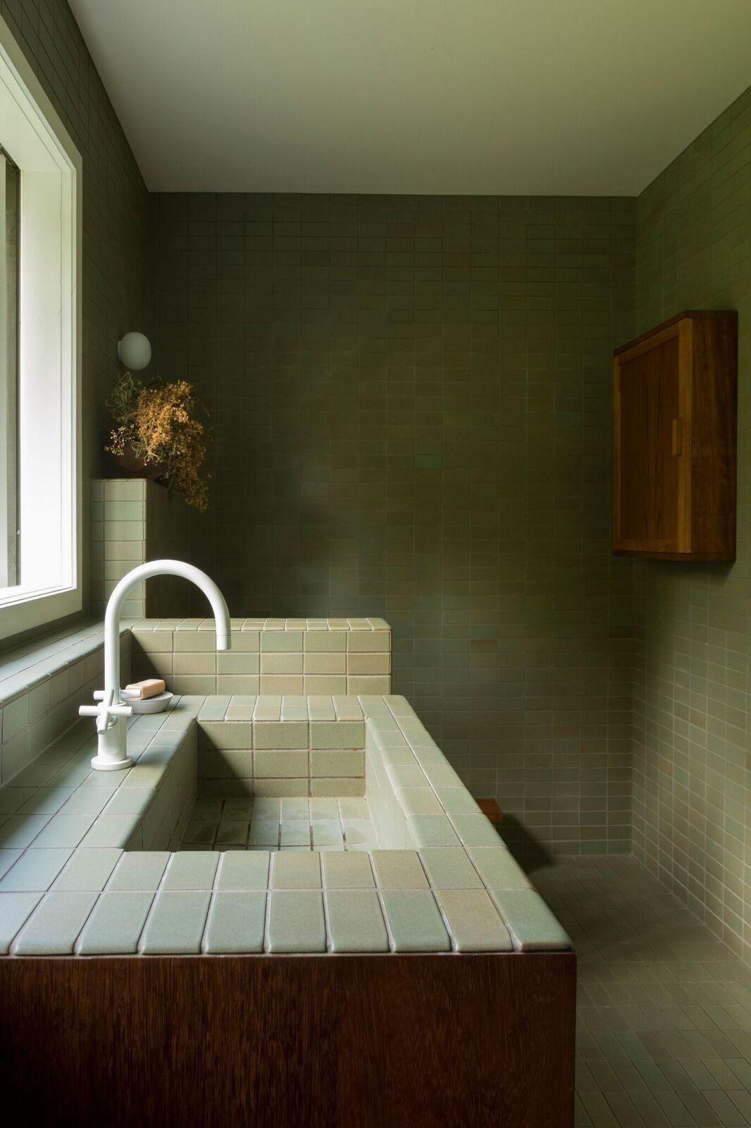 katie-lockhart-studio-heath-ceramics-tile-bathroom-neeve-woodward-2.jpg